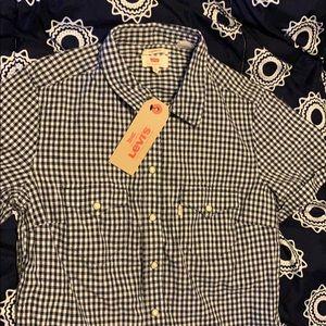 Women's Levi's button down shirt.